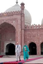 17. Oktober | 4. Tag  Für Kate und William wurde vor der imposanten Moschee der rote Teppich ausgerollt. Erbaut wurde die Moschee von 1671 bis 1974 im Auftrag vonGroßmogulAurangzeb.