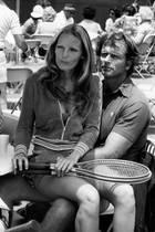 """Die ehemalige """"Miss Florida"""" Valerie Lundeen Ely (l.) ist von 1984 bis zu ihrem tragischen Tod mit dem """"Tarzan""""-Darsteller Ron Ely (r.) verheiratet. Mit dem Schauspieler hat die frühere Schönheitskönigin drei Kinder, zwei Töchter und einen Sohn. Am 15. Oktober 2019 ereignet sich auf dem Grundstück des Paares in Santa Barbara bei Los Angeles eine schreckliche Familientragödie: Als Polizisten zu dem Anwesen gerufen werden, finden sie Valerie leblos vor. Laut Berichten soll Cameron Ely, der Sohn des Paares, seine Mutter erstochen haben. Noch vor Ort kommt es zu einem Schusswechsel zwischen dem Tatverdächtigen und den Polizisten, dem der Sohn zum Opfer fällt. Die Hintergründe der Tat sind bislang noch unklar."""