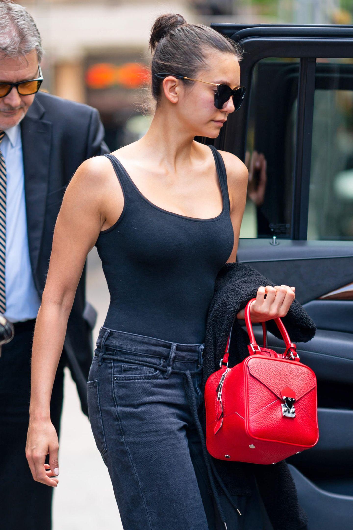 """Die Würfel sind gefallen! Nina Dobrev verleiht ihrem farblosen All-Black-Look den nötigen Pepmit der """"Néo Quare Bag"""" aus der Herbst/Winter Kollektion 19 von Louis Vuitton."""