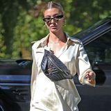 """Morgens schnell im Pyjama Brötchen holen gehen – das könnte man meinen bei diesem Out-of-Bed-Look von Hailey Bieber. Weit gefehlt! Das Model setzt auf den Streetstyle-Look und kombiniert zum Satin-Look die sogenannte """"Fanny Bag"""" - hier im Model """"New Wave Bum Bag"""" von Louis Vuitton."""