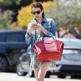 """Emma Roberts geht bei ihrer Taschenwahl auf Nummer sicher und trägt das klassisch elegante Modell """"Le Pliage Heritage Satchel Bag"""" von Longchamp zum Blumenkleid mit Jeansjacke."""