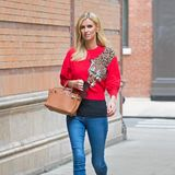 Die Birkin Bag von Hermès ist ein All-Time-Favourite bei Taschen. Namensgeberin der Tasche ist Jane Birkin, Schauspielerin, Sängerin und ehemals Geliebte des legendären Chansonniers Serge Gainsbourg. Obwohl die Tasche zu den klassischen Modellen gehört, beweist Nicky, dass man sie auch gut mitJeans-Pulli-Kombinationen stylen kann.