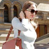 """Die eine, die alles kann. Angelina Jolie hat mit ihrer """"Kan U Bag"""" in Large von Fendi alles richtig gemacht. Durch ihre Größe kann die Schauspielerin nicht nur Make-up und Handy transportieren, sondern auch das ein oder andere Drehbuch Skript findet ausreichend Platz."""