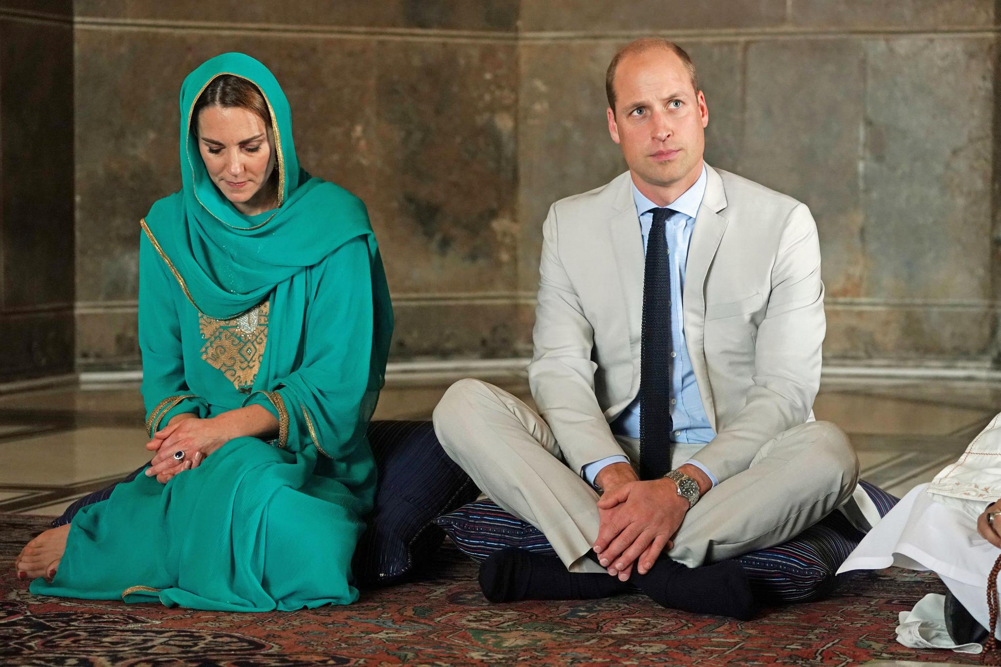 Herzogin Catherine und Prinz William sitzen auf Kissen und ohne Schuhe in der Moschee in Lahore, Pakistan.