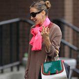 Einen weiteren Fendi Fan findet man in Schauspielerin und Modeikone Sarah Jessica Parker. Zum braunen Strickpullover und grell pinken Schal wird die Tasche, mit ihrem Schwarz- und Grauton in der Basis, zum Ruhepol des Looks.