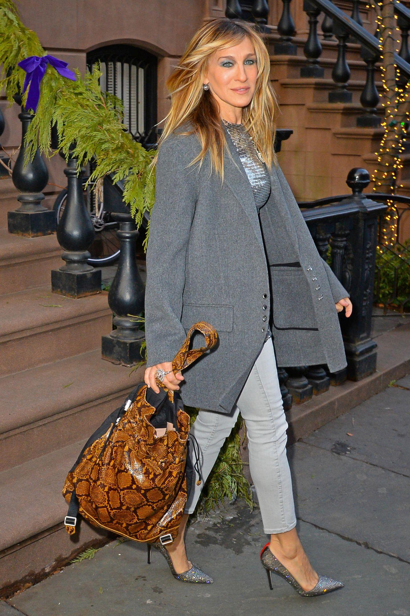 """Nicht immer muss es eine Handtasche sein. Sarah Jessica Parker macht es vor und stylt den """"Keely Snake-Embossed Backpack"""" von Elizabeth and James, dem Label der Olsen Schwestern, kurzerhand zum Glamour-Outfit. Die glitzernden Pumps aus ihrer eigenen Kollektion und das Top stehen weiterhin im Mittelpunkt des Looks, während der Backpack dem ganzen Coolness verleiht."""