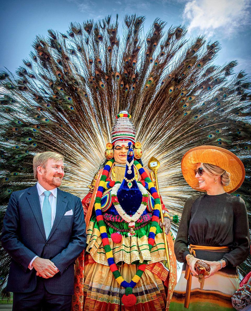 17. Oktober 2019  Die Ankunft in Kerala ist eine freudiges Spektakel, bei dem auch Königin Máxima farblich abgestimmt im Oranje-Look strahlt.
