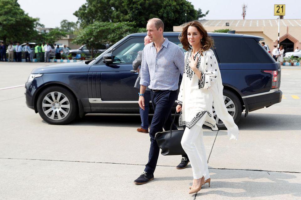Prinz William und Herzogin Catherine sind auf dem Weg zu ihrem Flugzeug, das nach einer ungeplanten Rückkehr immer noch in Lahore steht.