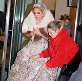 """... es ist Jennifer Lopez, die für ihren neuen Film """"Marry Me"""" mit Owen Wilson und Maluma vor der Kamera steht. Das opulente Hochzeitskleid, mit traumhafter Schleppe und zahlreichen Glitzerapplikationenmacht schon jetzt Lust auf die Rom-Com mit Superstar Jennifer Lopez."""
