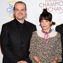 """17. Oktober 2019  Erster Red-Carpet-Auftritt als Paar: """"Stranger Things""""-Star David Harbour und Lily Allen zeigen sich erstmals gemeinsam bei einem offiziellen Event. Für einen wohltätigen Zweck besuchen der Schauspieler und die Sängerindie """"Champions for Change Gala"""" in New York City."""