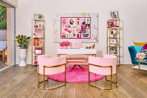 Möbel in Gold und Rosa: Barbie würde sich hier mehr als wohlfühlen.