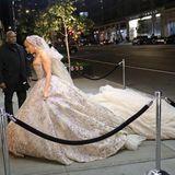 Welcher Superstar huscht denn hier in ausladendem Hochzeitskleid durchs Bild?