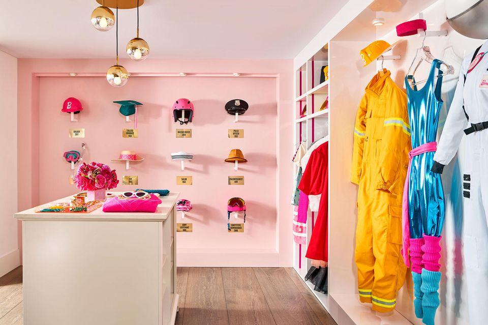 Auch der Kleiderschrank bleibt ganz im Stil der beliebten Puppe.