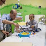 17. Oktober | Tag 4  Malen, spielen, Geschichten erzählen: Prinz William ist ein Allround-Talent, wenn es darum geht, den kleinen Patienten eine Freude zu machen.