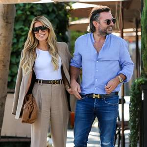 Sylvie Meis und ihr neuer FreundNiclas Castello könnten bei einem gemeinsamen Mittagessen in Los Angeles nicht glücklicher aussehen. Sylvie macht in ihrem beigen Two-Piece-Anzug eine tolle Figur - auch Niclas kann sich sehen lassen und trägt Hemd, Jeans, Loafers und Designer-Gürtel.