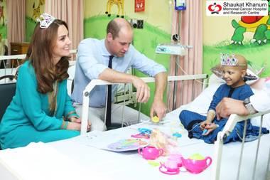 """17. Oktober   Tag 4  Herzogin Catherine hat sich für die siebenjährige Wafia eine Plastik-Tiara aufgesetzt - und das hat einen rührenden Hintergrund. Der Bruder des kleinen Mädchens erzählt """"The Sun"""": """"Ihr Vater nennt sie Prinzessin und sie trägt gerne eine Krone. Jetzt freut sie sich auf eine echte Prinzessin."""" Und weil eine echte Prinzessin nun maleineKrone oder zumindest eine Tiara trägt, lässt Kate es sich nicht nehmen, Wafia diesen Wunsch zu erfüllen."""