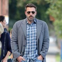 Ben Affleck genießt gerade die Zeit mit seiner Mutter und trägt beim herbstlichen Spaziergang Jeans zum karierten Hemd und einen einreihigen Blazer mit fallendem Revers als leichte Übergangsjacke. Ein ganz idyllisches Bild, wäre da nicht …