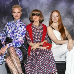 """Da stimmt doch was nicht! Die immer akkurat sitzende Bob-Frisur von Anna Wintourscheint heute etwas in Schwung zu sein. Dieser Frisur-Faxpas ist damit zu entschuldigen, dass es sich nicht um die Modechefin selbst, sondern ihr wächsernes Ebenbild bei """"Madame Tussauds"""" handelt.Ob die Models Franziska Knuppe und Barbara Meier das auch schon bemerkt haben?"""