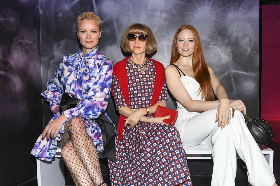 """Da stimmt doch was nicht! Die immer akkurat sitzende Bob-Frisur von Anna Wintourscheint heute etwas in Schwung zu sein. Dieser Frisur-Fauxpas ist damit zu entschuldigen, dass es sich nicht um die Modechefin selbst, sondern ihr wächsernes Ebenbild bei """"Madame Tussauds"""" handelt.Ob die Models Franziska Knuppe und Barbara Meier das auch schon bemerkt haben?"""