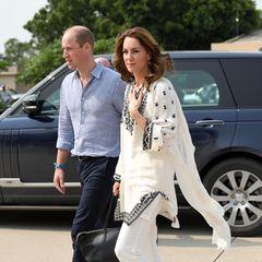 18. Oktober 2019   Tag 5  Prinz William und Herzogin Catherine kommen am Flughafen von Lahore an. Das war so nicht geplant: Eigentlich sollte das Paar bereits am gestrigen Abend nach Islamabad zurückfliegen. Als die Royals bereits in der Luft waren, zwang sie ein Gewitter zur Umkehr (beunruhigende Szenen aus dem Flugzeug und was Augenzeugen berichten, sehen Sie hier).Den Schreck haben William und Kate gut überstanden.