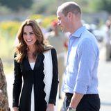 18. Oktober | Tag 5  Herzogin Catherine und Prinz William informieren sich bei den Hundeführern über ihre Arbeit. Ob Familienhund Lupo vielleicht nach der Rückkehr nach London auch ein Spezialtraining von Herrchen und Frauchen bekommt?