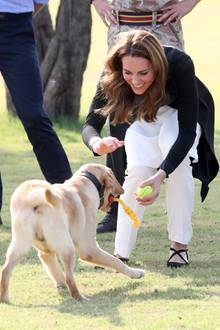 18. Oktober | Tag 5  Kate hat beim Spielen mit den Hunden sichtlich Spaß.