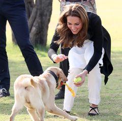 18. Oktober   Tag 5  Kate hat beim Spielen mit den Hunden sichtlich Spaß.