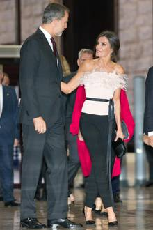 "Schwarze Hose, schwarze Pumps – und eine aufregende Corsage in Rosa mit dramatischem Federbesatz vom Label The 2nd Skin Co.: So stilvoll besuchte Königin Letizia die ""Princess Asturia Awards""."