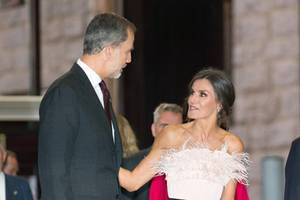 """Schwarze Hose, schwarze Pumps – und eine aufregende Corsage in Rosa mit dramatischem Federbesatz vom Label The 2nd Skin Co.: So stilvoll besuchte Königin Letizia die """"Princess Asturia Awards""""."""