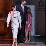 Nur wenig später zeigte sich Königin Letizia in einem Schluppenkleid mit Blumenapplikationen.
