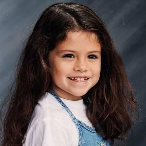 Selena Gomez  Auch die Größten fangen mal klein an.Mit diesem süßen Foto aus ihrer Grundschulzeit beglückt Selena Gomez ihre Fans.