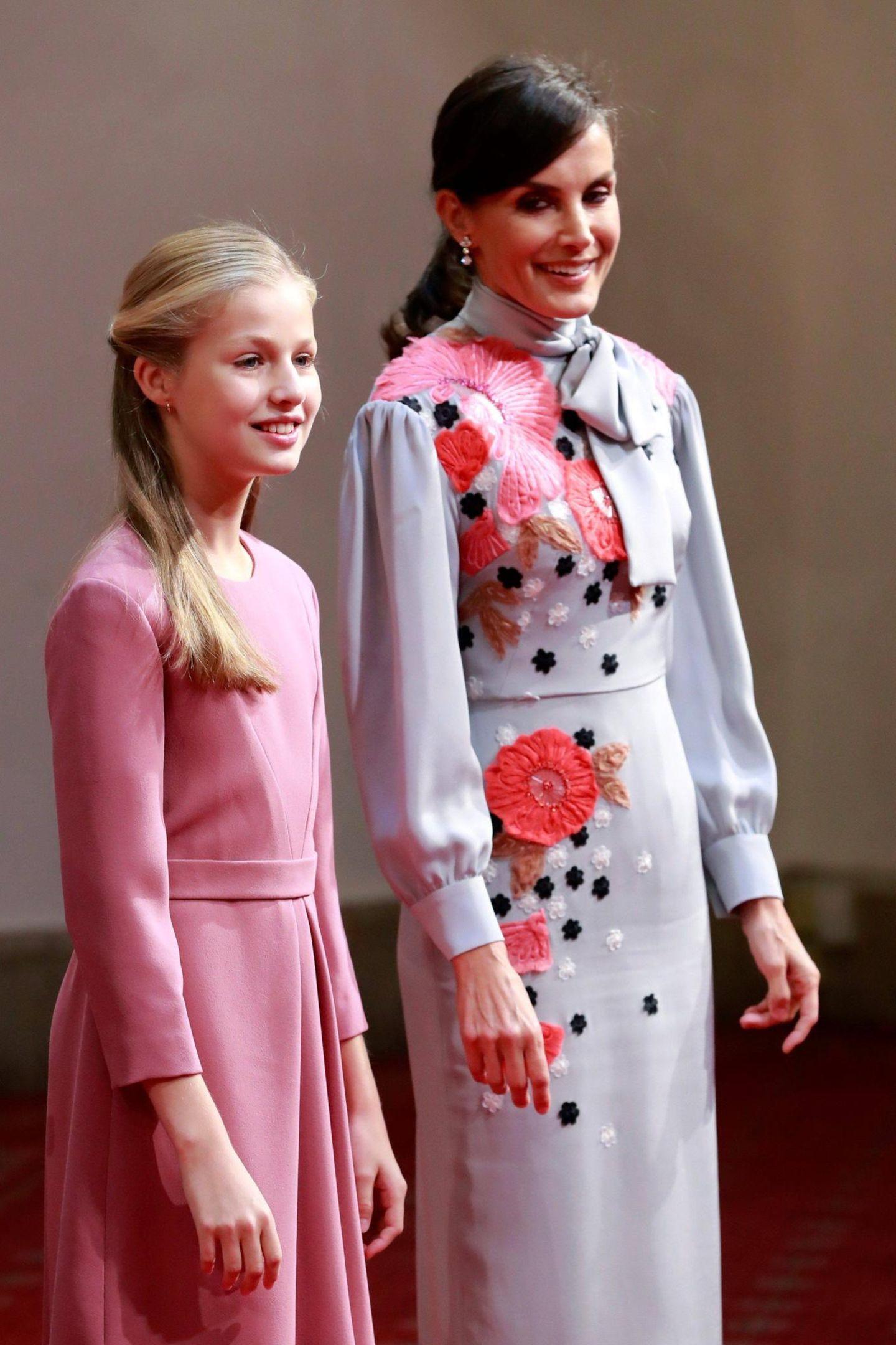 18. Oktober 2019  Im Rahmen der Vergabe der Prinzessin-von-Asturien-Preise findet im Hotel Reconquista in Oviedoeine Audienz der spanischen Königsfamilie statt. Königin Letizia ist an der Seite ihrer Tochter Leonor, die an diesemAbend ihr Debüt geben wird.