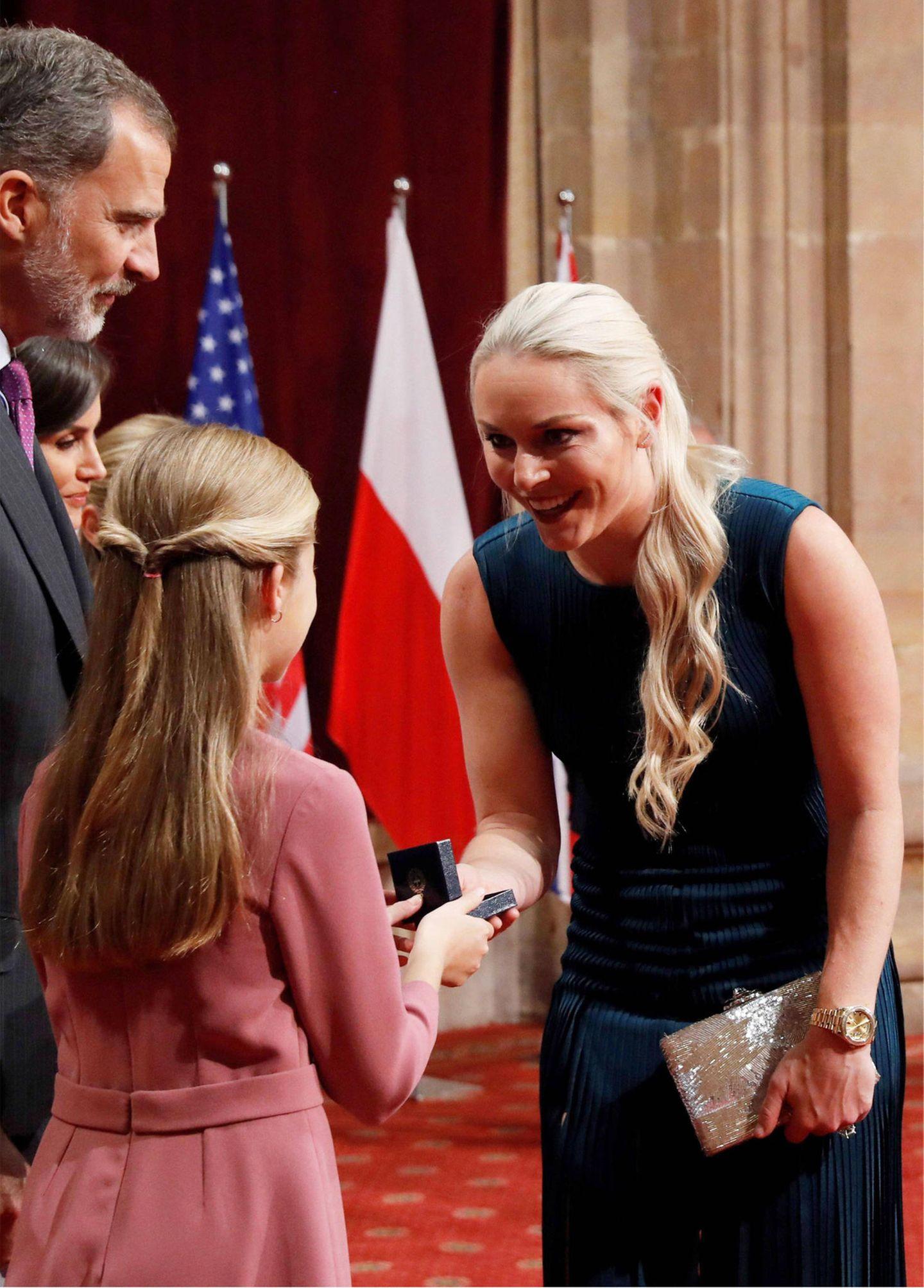 Die spanische Kronprinzessin begrüßt die ehemalige US-amerikanische Skirennläuferin Lindsey Vonn, die an diesem Tag ihren 35. Geburtstag feiert.