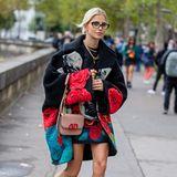 """Jetsetterin und It-Girl Caro Daur ist in den Mode-Metropolen Paris, New York, Mailand und London zu Hause. Passend zur jeweiligen Show kleidet sich die Bloggerin in den neusten Modellen der Saison. Bei der Frühjahr/Sommer Show 2019 von Valentino darf die kleine """"Vlock"""" Tasche des Designers natürlich nicht fehlen."""