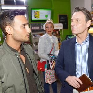 Sunny (Valentina Pahde) und Joachim (Wolfgang Bahro) erfahren die Wahrheit über Nihats (Timur Ülker) Affäre.