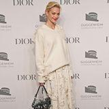 """Jaime King lief für Dior als Modelnicht nur über die Laufstege, sondern ist auch privat Fan der Luxusmarke. Hier ebenfalls mit dem It-Piece schlechthin - der """"Sadlle Bag""""."""