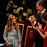 """König Felipe, Königin Letizia und Prinzessin Sofia können auf Kronprinzessin Leonor stolz sein! Im Rahmen derPrinzessin-von-Asturien-Preisehält die junge Thronfolgerin am Abend des 18. Oktober eine beeindruckende Rede vor großem Publikum. Damit tritt die 13-Jährige in die Fußstapfen ihres Vaters, der im gleichen Alter im Jahr 1981 zum ersten Mal offiziell vor das Mikro trat.Die Prinzessin-von-Asturien-Preisewerden jährlich in Oviedo, der nordspanischen Hauptstadt des Fürstentums Asturien, überreicht. Sie geltenals """"spanische Version der Nobelpreise"""" und sind mit 50.000 Euro dotiert."""