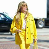Mut zur Farbe: Heidi Klum zeigt sich bei ihrer Ankunft am Set von America's Got Talent in einer knallgelben Kombination aus Oversize-Jacke und lässiger Hose. Dazu kombiniert sie ein schlichtes, weißes T-Shirt, weiße Sneaker und offensichtlich einen dunklen BH. Farblich auf ihr Outfit abgestimmt wählt das Model eine große Tote-Bag von Bottega Veneta.