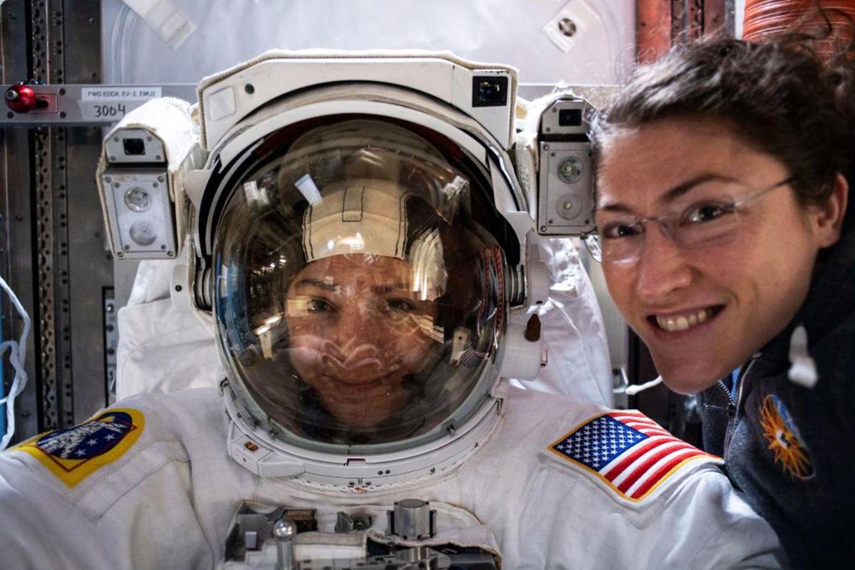 18. Oktober 2019  Dieser Tag wird in die Geschichte eingehen! Zum ersten Mal findet ein Weltraumspaziergang mit rein weiblicher Besetzung statt, Jessica Meir, hier im schon im Raumanzug, und ihre Kollegin Christina Koch werden bei ihrem Außeneinsatz an der ISS ein Batterie-Ladegerät austauschen. Die NASA twitterte dieses Bildunter dem Hashtag #allwomanspacewalk.