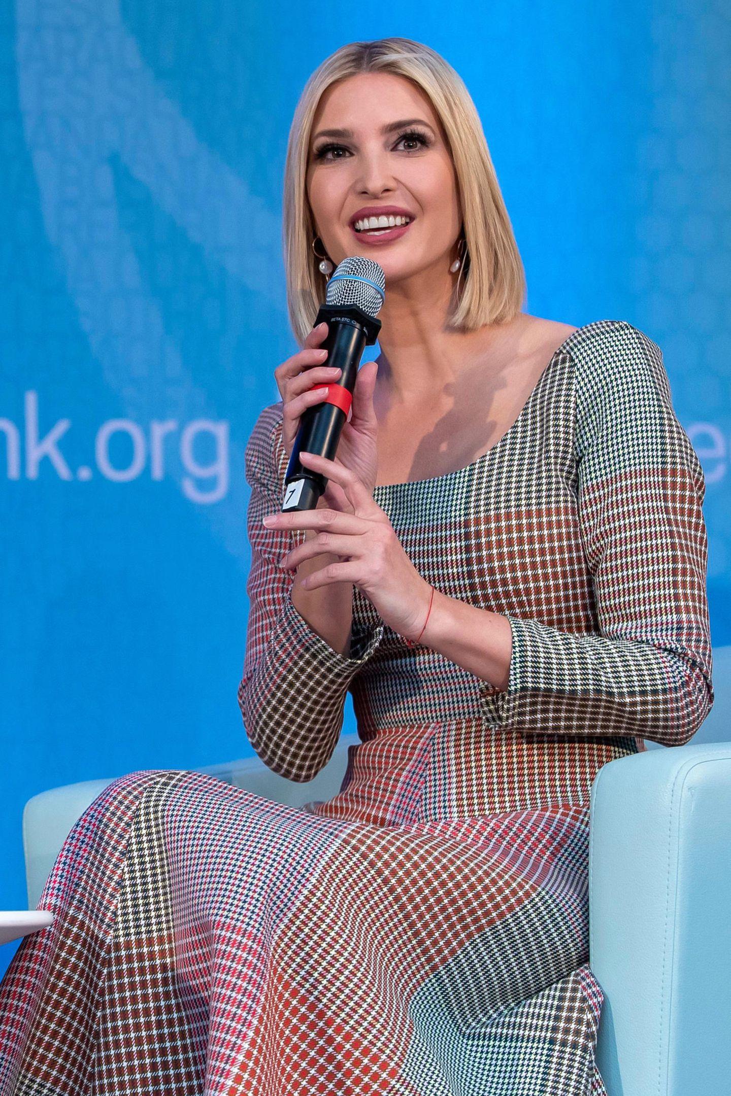 Für gewöhnlich zeigt sich Ivanka Trump eher in schlichteren oder modern gemusterten Kleidern - dieser Look wirkt auf den ersten Blick beinahe etwas bieder, jedoch nicht an der hübschen Blondine.
