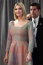 Business-Look a la Ivanka Trump: Die First Daughter zeigt sich bei einer Diskussion in der World Bank in Washington in einem bunt karierten Midi-Kleid des Labels Rosie Assoulin (ca. 1.800 Euro). Ein nicht so typisches Outfit für Ivanka Trump ...