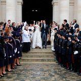 """Sie haben """"Oui"""" gesagt! Nach der Trauung wird das frischgebackene Adelspaar von ihren Gästen und einem Militärspalier gefeiert."""