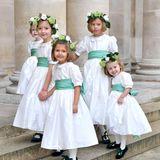 Die niedlichen Blumenmädchen tragen Kränze im Haar und erinnern mit ihren Kleidchen und dem mintgrünen Schleifen ein wenig an die Blumenkinder der Hochzeit von Prinzessin Eugenie und Jack Brooksbank.