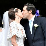 Der Kuss des Brautpaar lässt die Hochzeitsgäste jubeln.