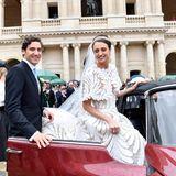 Der strahlende Ehemann hilft seiner schönen Braut selbstverständlich beim Einsteigen.