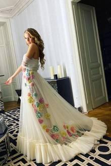 In dieser atemberaubenden Abendrobe könnte Victoria Swarovski auch vor den Traualtar treten. Die Moderatorin besucht jedoch die RMCC Gala in Wien. Das Kleid stammt von Designerin Sandra Mansour und besticht vor allem mit raffinierten Applikationen und Details.