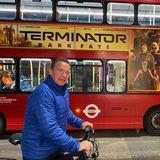"""18. Oktober 2019  """"Terminator""""-Star Arnold Schwarzenegger verbindet gerne Sightseeing mit einer schönen Fahrradtour. Und die Werbung auf dem roten Doppeldecker in London trifft genau seinen Geschmack."""