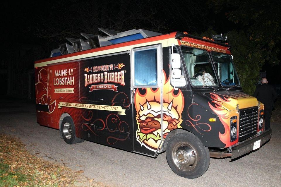In letzter Minute sollen sich Jennifer Lawrence und Cooke Maroney dazu entschieden haben, ihren Gästen nachts Essen aus einem Food Truck anzubieten. Der Besitzer erklärte, dass er für zwei Stunden ca. 135 Euro bekam - doch sicher wird er auch einiges an Trinkgeld kassiert haben.