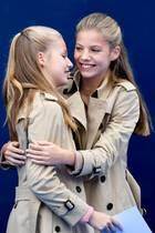 Das doppelte Prinzesschen: Mit ihren Trenchcoats und der gleichen Frisur könnten die spanischen Royals Leonor und Sofía glatt als Zwillinge durchgehen.