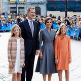 """Für die Verleihung des """"Princesa de Asturias""""-Awards ist die spanische Königsfamilie nach Oviedo gereist, und die drei royalen Damen starten mit farblich herbstlichen Outfits in Grau und Orangetönen richtig stylisch durch."""